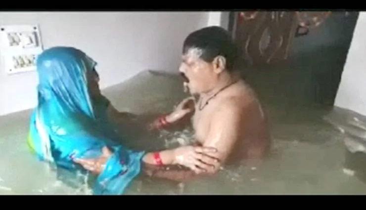 घर में घुसा पानी तो पति-पत्नी लगाने लगे उसमें डुबकी, तस्वीरें वायरल