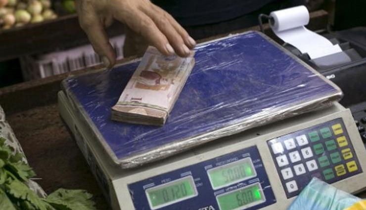 venezuela,wired stories,weird rules,weighing money,money is not counted here ,इस देश में गिनकर नहीं बल्कि तोलकर दिए जाते है पैसे,अजब गजब न्यूज़,अजब गजब ख़बरें