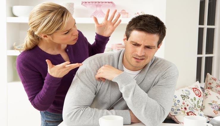ये आदतें दर्शाती है गर्लफ्रेंड का चिपकूपन, बनती है बॉयफ्रेंड से दूरियों की वजह