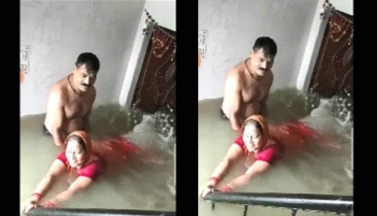 couple,flood,house,swim,prayagraj,viral pics,weird news in hindi ,वायरल, फोटोज, युगल, बाढ़, घर, तैरना, प्रयागराज