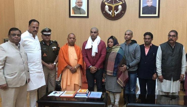 बुलंदशहर हिंसा: इंस्पेक्टर सुबोध सिंह के परिवार से मिले CM योगी, कहा - दोषियों को कड़ी सजा मिलेगी