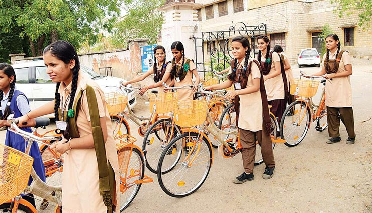 अब लड़कियों को नहीं पढ़ा सकेंगे 50 साल से कम उम्र के पुरुष शिक्षक, शिक्षा मंत्री ने दी जानकारी