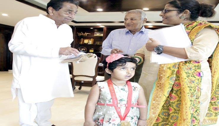 मुख्यमंत्री कमलनाथ ने की षंजन थम्मा की तारीफ़, दोनों हाथों से लिखती हैं 3 साल की यह बच्ची