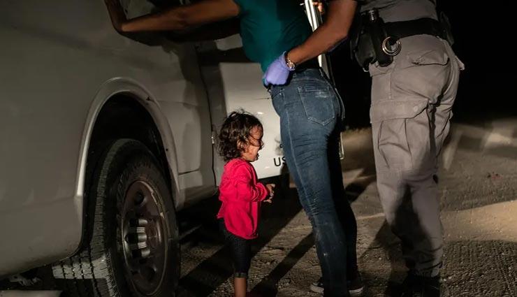 विश्व प्रेस फोटो ऑफ द ईयर बनी एक रोते हुए बच्चे की तस्वीर, जॉन मूर द्वारा खिंची गई अमेरिकी सीमा पर