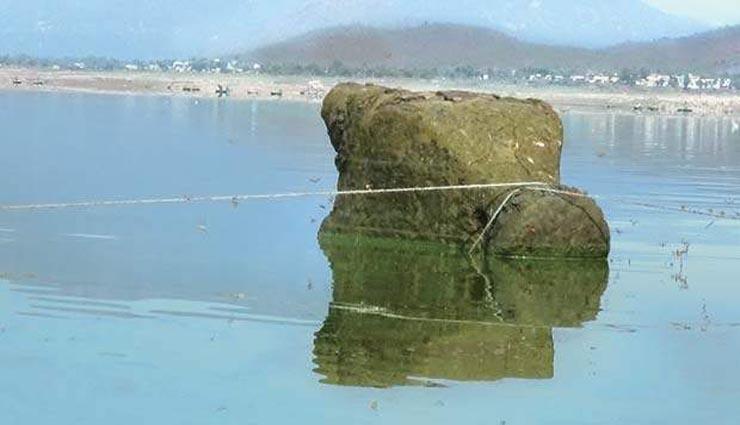 மேட்டூர் அணை நீர்மட்டம் சரிந்ததால் வெளியில் தெரியும் நந்தி சிலை