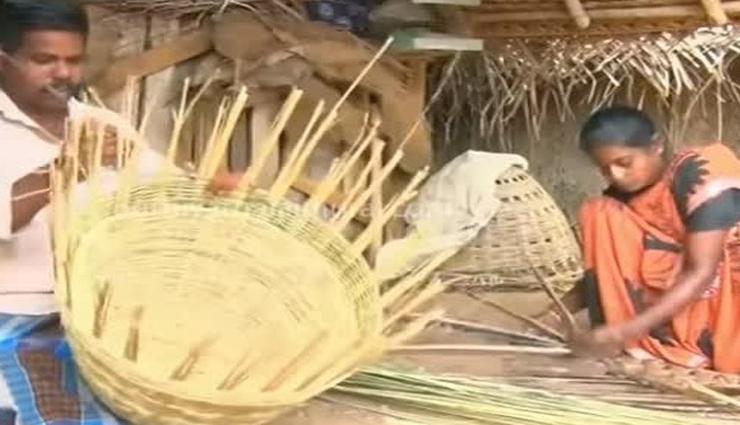 கொரோனா ஊரடங்கால் தொழில் பாதிக்கப்பட்டு கூடை பின்னும் வழக்கறிஞர்