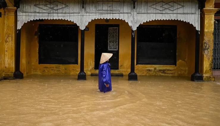 வியட்நாமில் கனமழை காரணமாக ஏற்பட்ட இயற்கைபேரிடர்களில் சிக்கி 111 பேர் உயிரிழப்பு