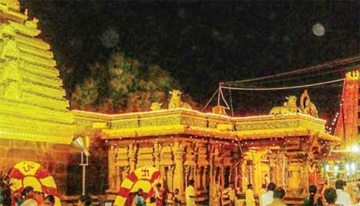 కూష్మాండదుర్గ అలంకరణలో భక్తులకు దర్శనమిచ్చిన భ్రమరాంబాదేవి...